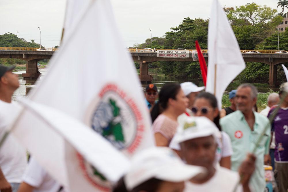 Moradores atingidos pela lama da Samarco protestam com bandeiras do MAB em Governador Valadares.