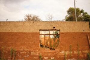 Marcas de lama nas paredes das casas atingidas pelo rompimento da barragem de Fundão